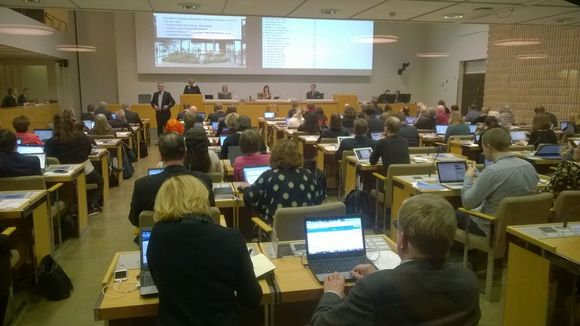 Helsingin kaupunginvaltuuteut istuvat ja puhuvat Guggenheim-museon.