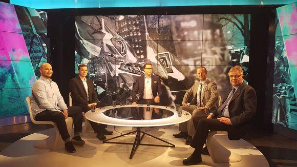 TV-studiossa istuu viisi miestä.