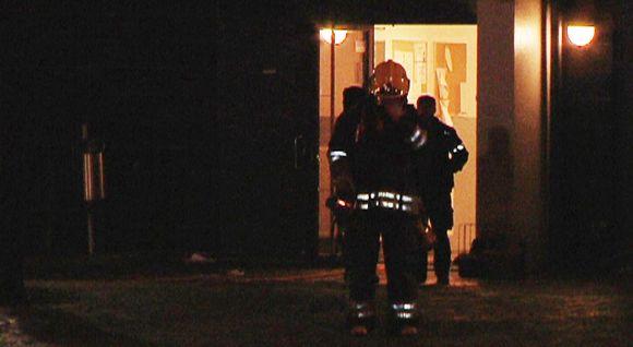 Palomiehiä kerrostalon sisäänkäynnillä perjantaiaamuna 9. joulukuuta.