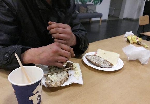 Mies ja voileivät