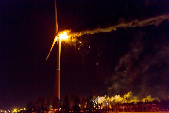 Tuulivoimala palaa.