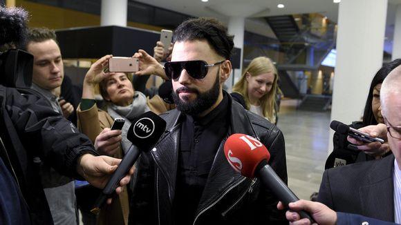 Salakatselusta syytetty tv-juontaja Axl Smith saapuu Helsingin käräjäoikeuteen 18. tammikuuta.
