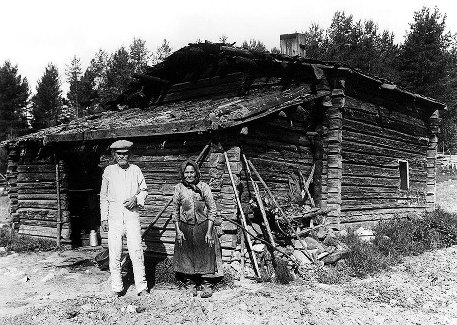 Torppari ja hänen vaimonsa torppansa edessä.