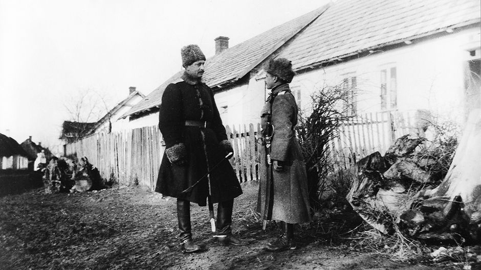 Divisioonankomentaja Carl Gustaf Emil Mannerheim keskustelee toisen upseerin kanssa romanialaisessa kylässä Karpaateilla.
