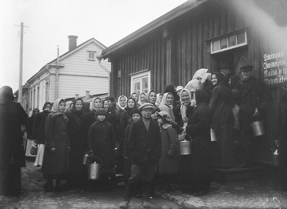 Maidon jonottajia 1917
