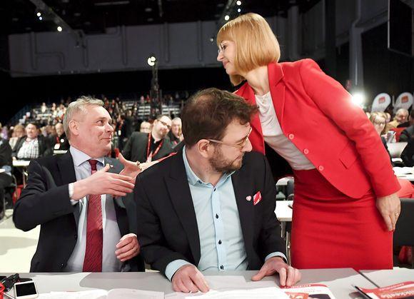 SDP:n puheenjohtajuudesta kamppailevat nykyinen puheenjohtaja Antti Rinne (vas) sekä Rinteen haastajat Timo Harakka ja Tytti Tuppurainen SDP:n puoluekokouksen ensimmäisenä päivänä Lahdessa perjantaina.