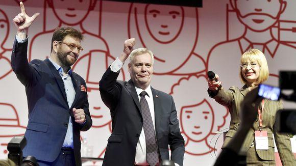Видео: Antti Rinne iloitsee jatkamistaan SDP:n puheenjohtajana vierellään Timo Harakka ja Tytti Tuppurainen.