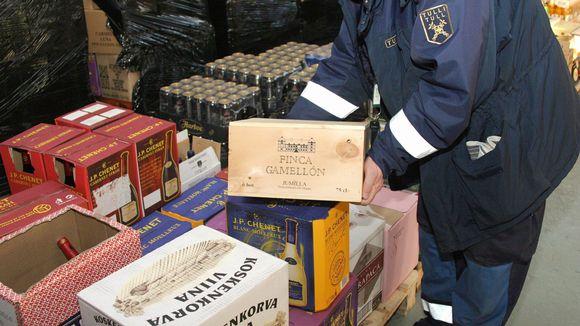 Alkoholia sisältäviä laatikoita tullissa.