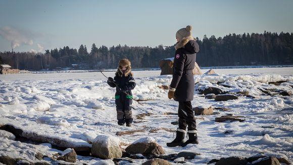 Mari Mannila ja hänen poikansa Olli Espoon Haukilahden rannassa.
