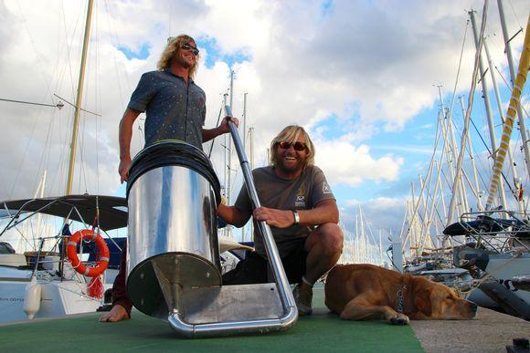 Australialaiset Peter Ceglinski ja Andrew Turton esittelevät kehittelemäänsä kelluvaa meriroskista, joka kerää muun muassa muovijätettä merestä. Helsinkiin tuleva meriroskis on isompi ja vähän erinäköinen.