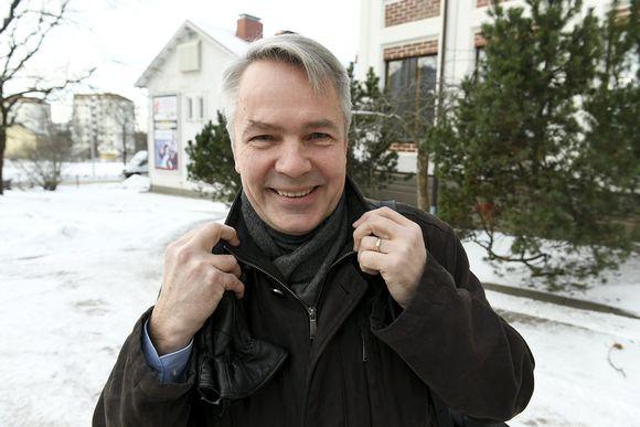 Pekka Haavisto saapui vihreiden puoluevaltuuskunnan kokoukseen Lohjalle sunnuntaina 12. helmikuuta.