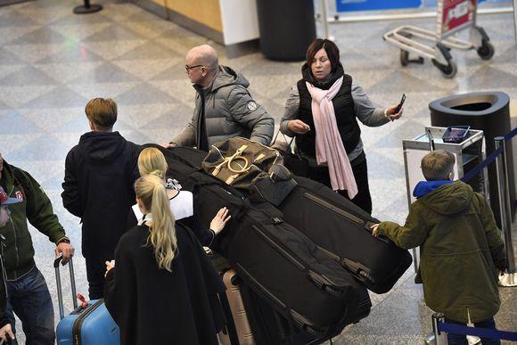 Matkailijoita hiihtoloman kynnyksellä Helsinki-Vantaan lentoasemalla Vantaalla 17. helmikuuta.