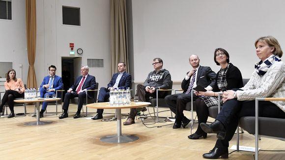 Puolueiden puheenjohtajat tentissä Lahdessa.