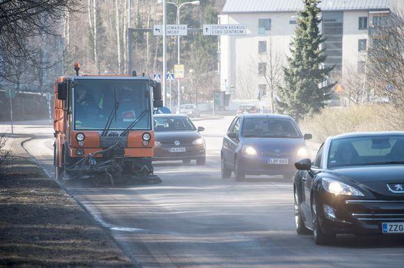 Katujen puhdistusta imulakaisukoneella Espoossa.