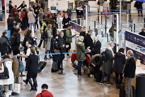 Matkustajia menossa turvatarkastukseen Helsinki-Vantaan lentokentällä iltapäivällä 3. maaliskuuta.