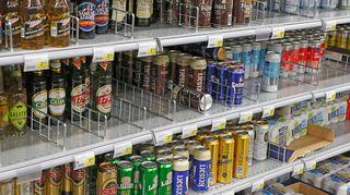 Olutta ja lonkeroa kaupan hyllyssä.