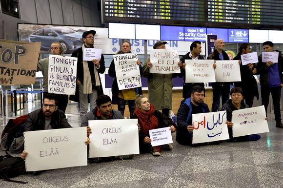 Mielenosoitus turvapaikanhakijoiden palautusta vastaan Helsinki-Vantaan lentokentällä 3. huhtikuuta 2017.