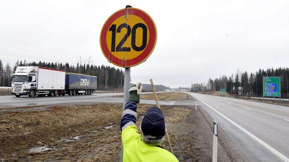 Tielaitoksen työntekijä vaihtoi talvinopeusrajoituksen kesänopeusrajoitukseksi Lahdentiellä. Arkistokuva.