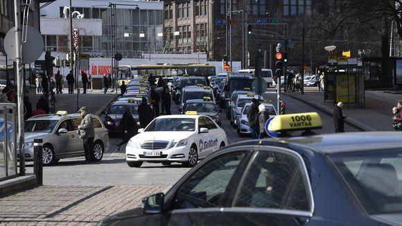 Takseja Asema-aukiolla Helsingissä 18. huhtikuuta.