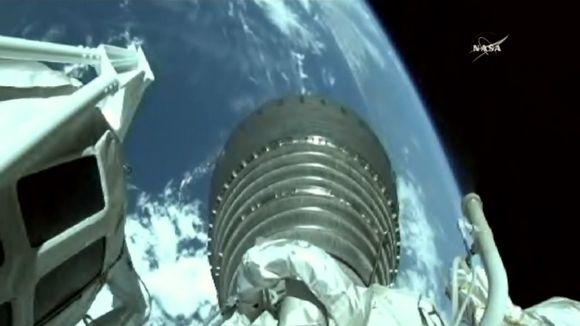 Kuvaa rahtialuksesta, josta Aalto-2 -satelliitti laukaistiin avaruuteen.