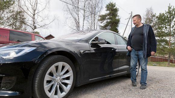 Suomen tuhannennen sähköauton omistaja Martti Virtanen.