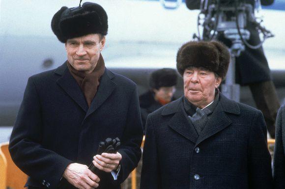 Presidentti Mauno Koivisto Moskovan lentokentällä Leonid Brezhnevin kanssa presidenttikautensa ensimmäisen Neuvostoliittoon suuntautuneen vierailun alkaessa.