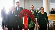 SDP:n eduskuntaryhmän edustajat toivat omat kukkaseppeleensä Koiviston arkulle.