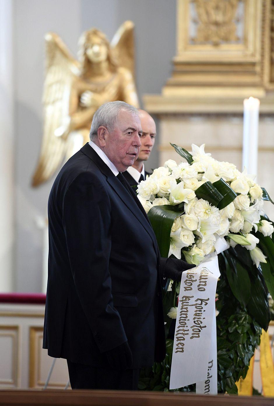 Diplomaattikunnan vanhin, Venäjän suurlähettiläs Alexander Rumyantsev jätti kukkatervehdyksen.