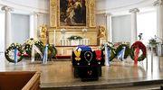 Presidentti Mauno Koiviston arkku, kunniamerkit ja kukkatervehdyksiä.