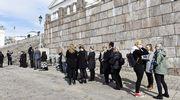 Ihmiset jonottavat Mauno Koiviston valtiollisten hautajaisten siunaustilaisuuteen Tuomiokirkkoon Senaatintorilla.