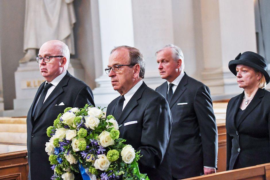 Suomen Pankin edustajat toivat omat kukkaseppeleensä Koiviston arkulle.