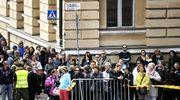 Hautajaisia seuraavaa yleisöä Helsingin keskustassa.