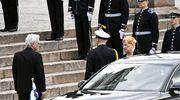 Presidentti Tarja Halonen (oik) ja puoliso Pentti Arajärvi (vas) saapuvat siunaustilaisuuteen Tuomiokirkkoon.