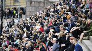 Yleisö kuuntelee siunaustilaisuutta Tuomiokirkosta.
