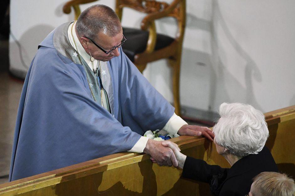 Emerituspiispa Eero Huovinen kättelee leskeä, rouva Tellervo Koivistoa siunaustilaisuudessa.