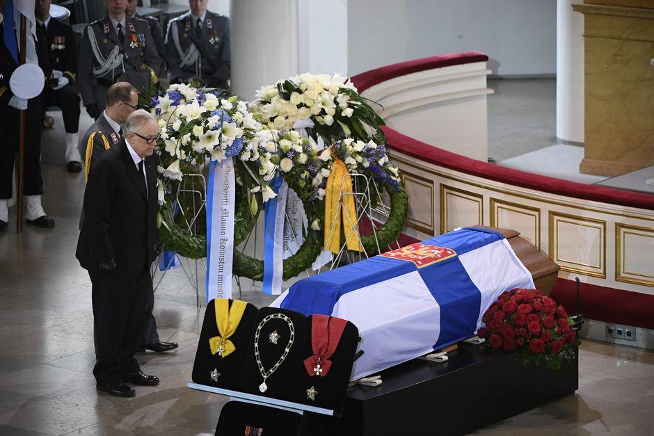 Presidentti Martti Ahtisaari presidentti Mauno Koiviston valtiollisten hautajaisten siunaustilaisuudessa.