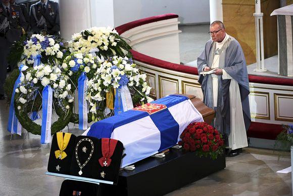 Emerituspiispa Eero Huovinen presidentti Mauno Koiviston valtiollisten hautajaisten siunaustilaisuudessa.
