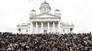 Yleisö seuraa Tuomiokirkon portailla siunaustilaisuutta presidentti Mauno Koiviston valtiollissa hautajaisissa.