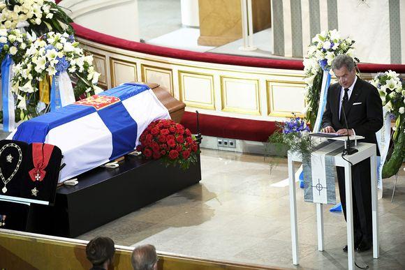 Tasavallan presidentti Sauli Niinistö puhuu presidentti Mauno Koiviston hautajaisisa.