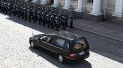 Presidentti Mauno Koiviston arkkua kuljettava ruumisauto hautajaissaattueessa valtiollisissa hautajaisissa Unioninkadulla Helsingissä.
