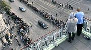 Presidentti Mauno Koiviston valtiollisten hautajaisten hautajaissaattue kulkee läpi Helsingin.