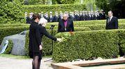 Tellervo Koivisto laskee ruusun haudalle, vierellään tytär Assi Koivisto-Allonen.