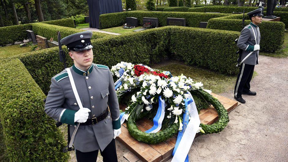 Presidentti Mauno Koiviston haudalle on laskettu kukkaseppeleitä Hietaniemen hautausmaalla.