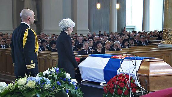 Tellervo Koivisto kirkossa arkun äärellä.