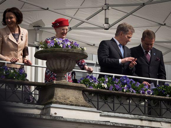 Jan Vapaavuori ja Sauli Niinistö kaupungintalon parvekkeella pohjoismaiden valtionpäämiehien vierailulla Helsingissä.