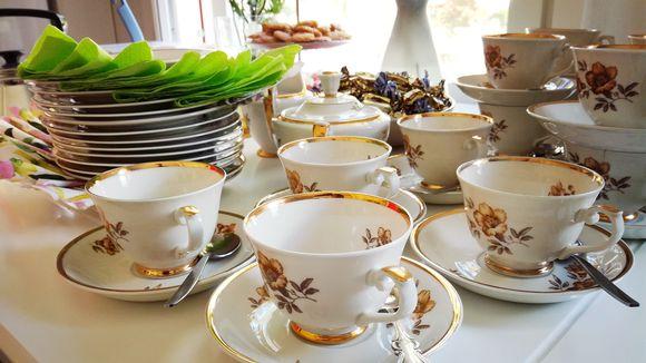 kahvikuppeja juhlapöydässä