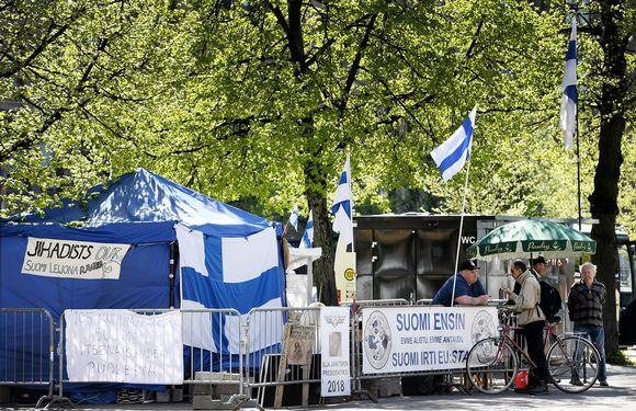 Maahanmuuttokriittinen Suomi ensin -mielenosoitusleiri Maailma kylässä -festivaalin liepeillä Rautatientorilla Helsingissä.