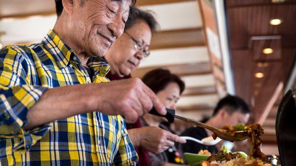 Kiinalaisturistit ottavat ruokaa