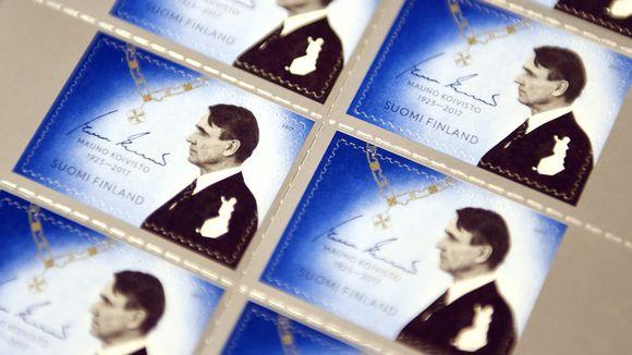Posti julkaisi surumerkin presidentti Mauno Koiviston kunniaksi. Postimerkin on suunnitellut Timo Berry.
