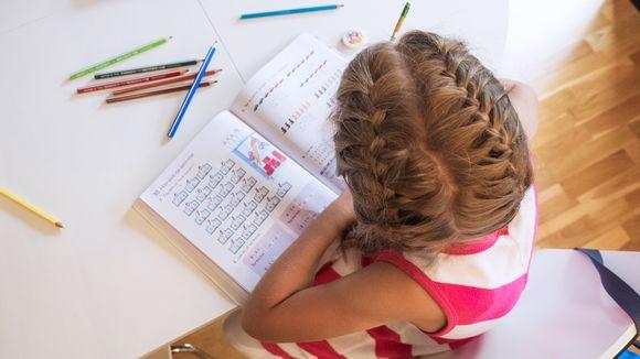 Koululainen tekee kotiläksyjä.